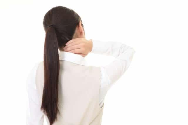 むちうちの辛い症状に悩む女性