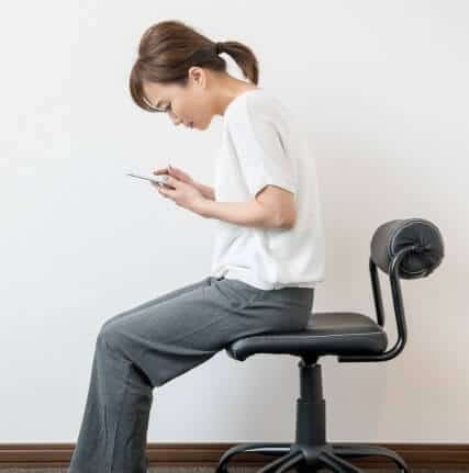 スマホ操作など長時間の前傾姿勢も原因になります