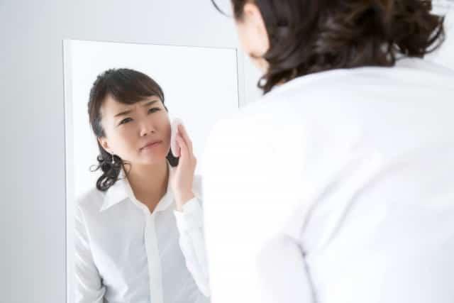 顔のむくみやほうれいせんに悩む女性