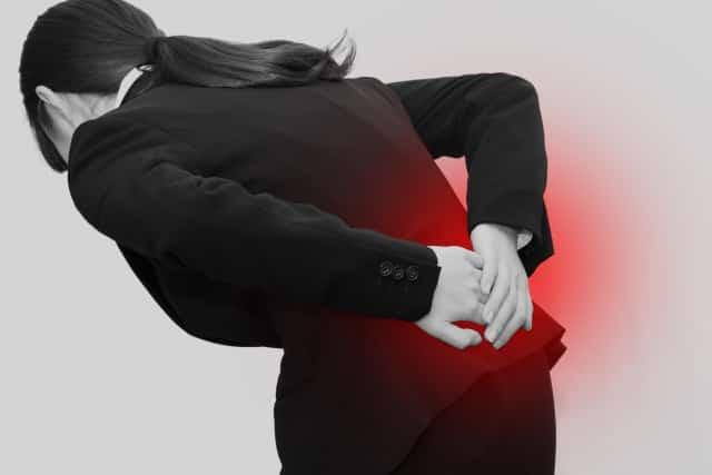 姿勢の悪さや足を組む癖も腰痛の原因になります