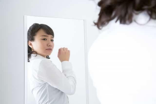 鏡を見るたび姿勢の悪さに悩む女性